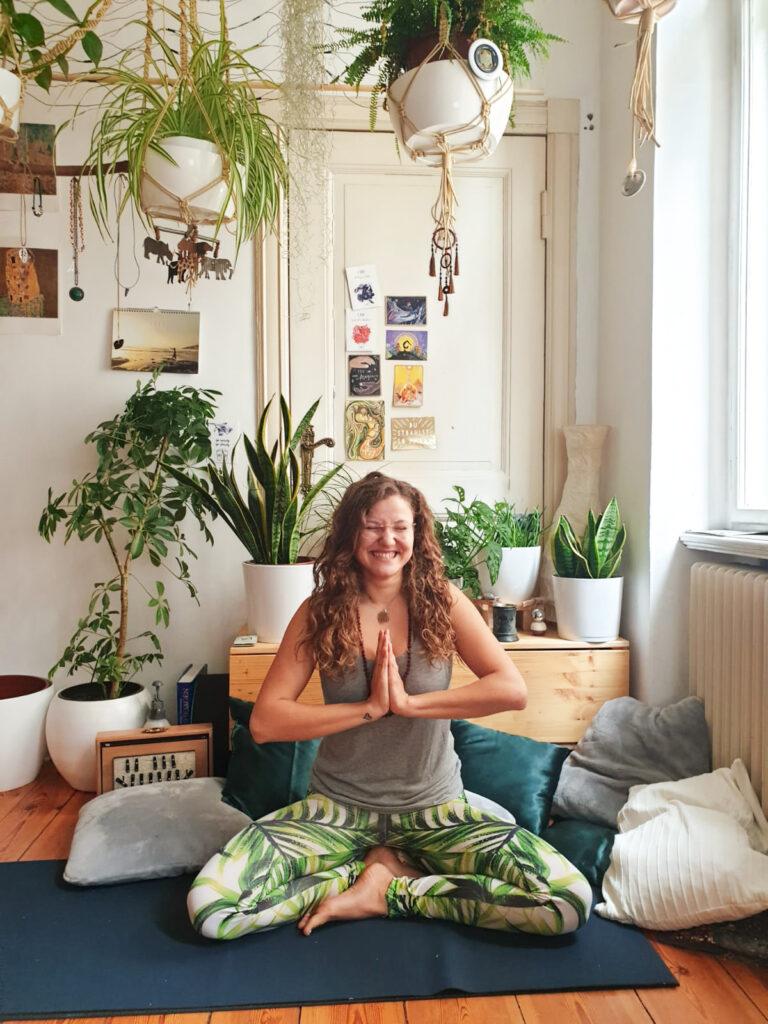 Yoga in schönem Zimmer mit Pflanzen